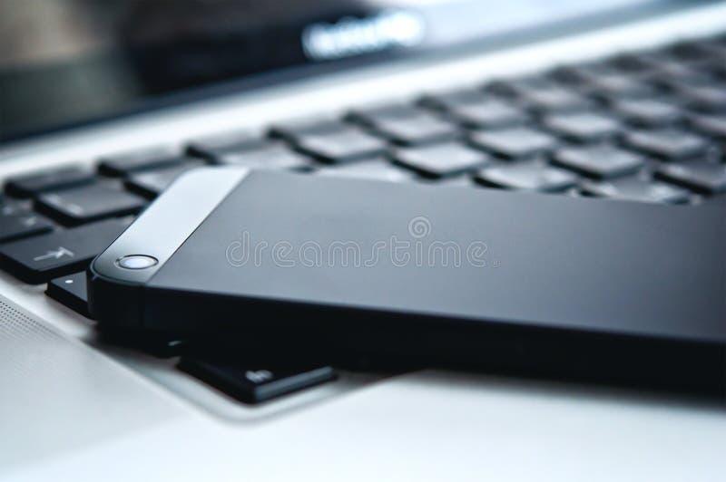 Apparatentechnologie. telefoon en laptop toetsenbord stock fotografie