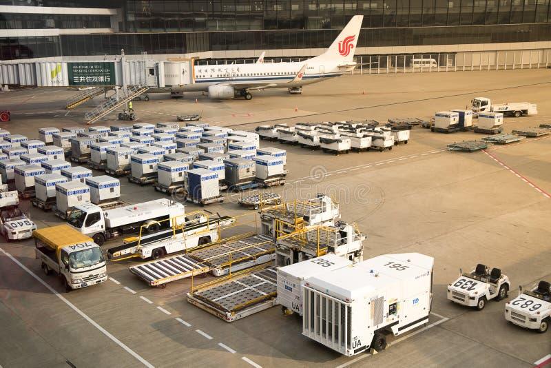 Apparater för flygfraktenhetspåfyllning på Narita den internationella flygplatsen fotografering för bildbyråer
