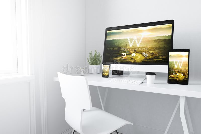 apparater på den svars- designwebsiten för vit minsta workspace royaltyfri bild