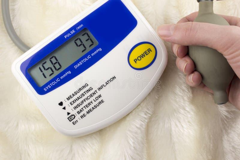 Apparato per pressione di misurazione nella mano medica fotografie stock libere da diritti