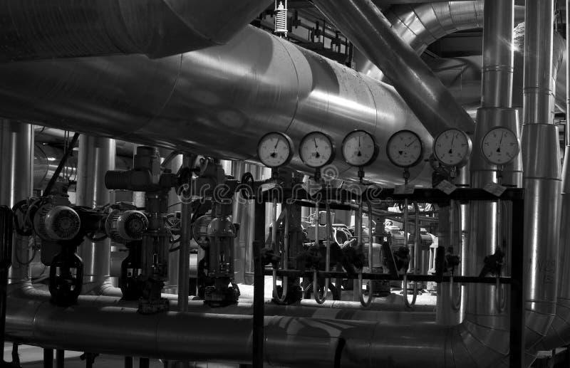 Apparatuur, kabels en het door buizen leiden binnenkant van een fabriek royalty-vrije stock foto