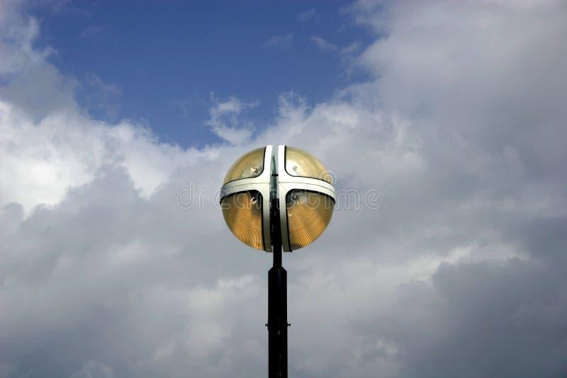 Appareil d'éclairage contre les nuages blancs et le ciel bleu photographie stock libre de droits
