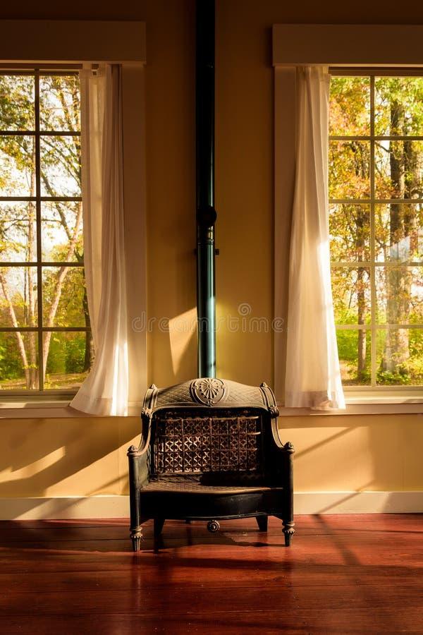 Appareil de chauffage et Windows de gaz de vintage photos libres de droits