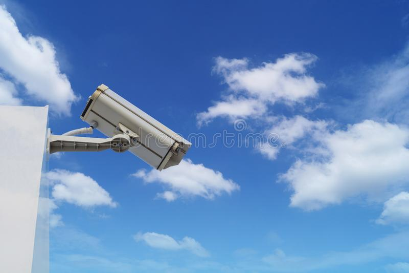 appareil-photo à circuit fermé sur le bâtiment sur le ciel bleu et le blanc image libre de droits