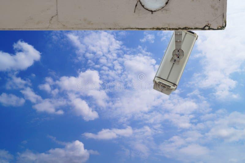 appareil-photo à circuit fermé sur le bâtiment sur le ciel bleu et le blanc photo stock