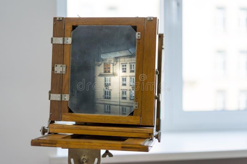 Appareil-photo de boîte de vintage avec un corps en bois photos libres de droits