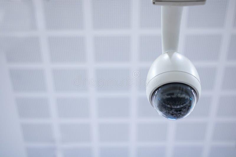 appareil-photo de circuit sur le toit à l'arrière-plan de showroomon image stock