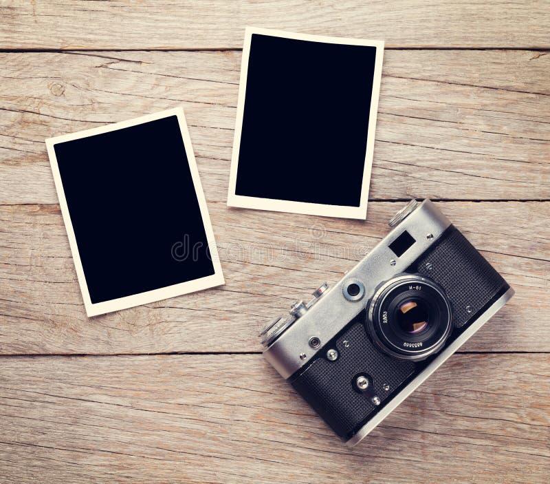 Appareil-photo de film de vintage et deux cadres en blanc de photo photos stock