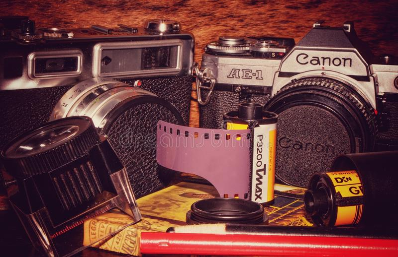 Appareil-photo de film du vintage 35mm et film images stock