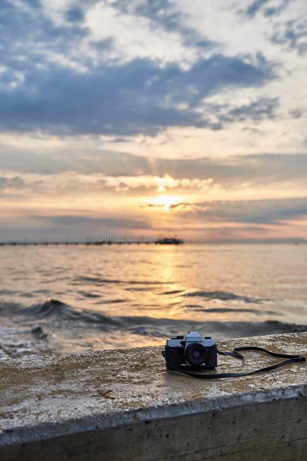 Appareil-photo de photo de film de vintage La vue de face, se ferment vers le haut de la photo dans la perspective de la mer Beau image libre de droits