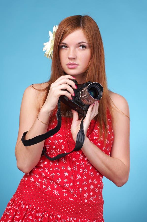 Appareil-photo de fixation de femme de photographe photo stock