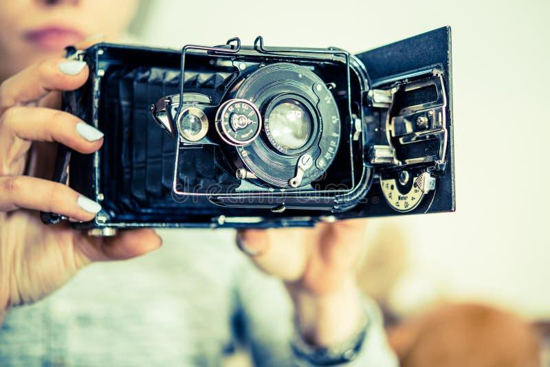 Appareil-photo de photo de vintage dans des mains photo stock