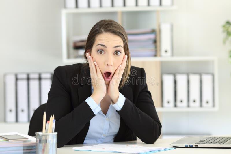 Appareil-photo de regard exécutif stupéfait au bureau images libres de droits