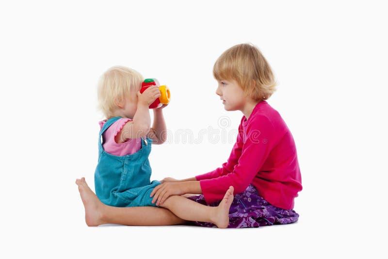 Appareil-photo de soeur et de jouet photos libres de droits