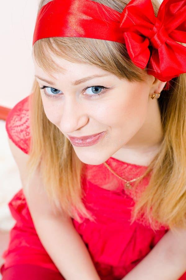 Appareil-photo de sourire de belle jeune de femme fille de pin-up blonde drôle d'yeux bleus et de regard heureux bien au-dessus du photos libres de droits