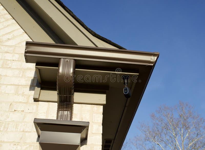 Appareil-photo de système de sécurité sur une maison image stock