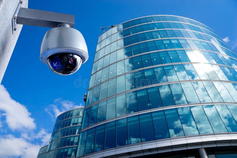 Appareil-photo de télévision en circuit fermé de sécurité dans l'immeuble de bureaux photographie stock