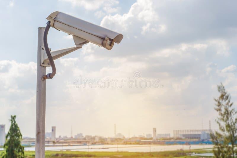 Appareil-photo de télévision en circuit fermé de sécurité sur la route dans la ville photos libres de droits