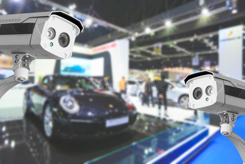 Appareil-photo de télévision en circuit fermé des voitures commerciales dans la chambre d'exposition images libres de droits