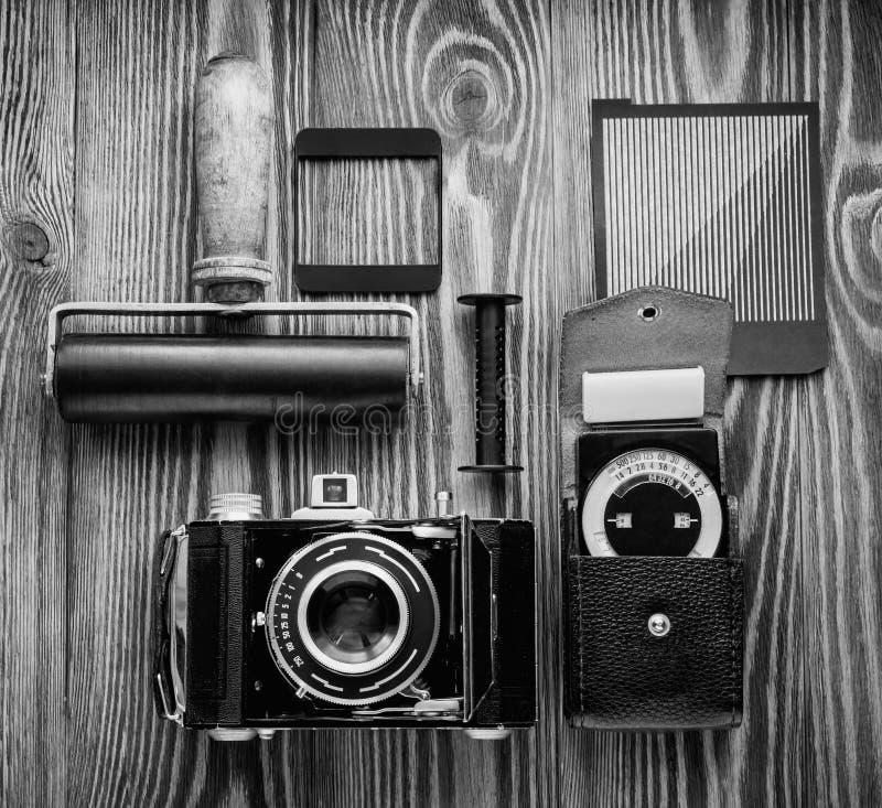 Appareil-photo de vintage, un posemètre et des piégeages différents de la photographie de film bureau du ` s de photographe photos stock