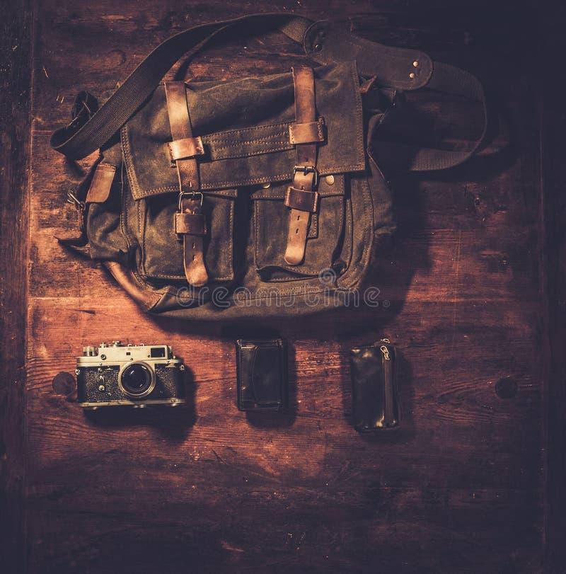 Appareil-photo et sac à main de vintage photographie stock