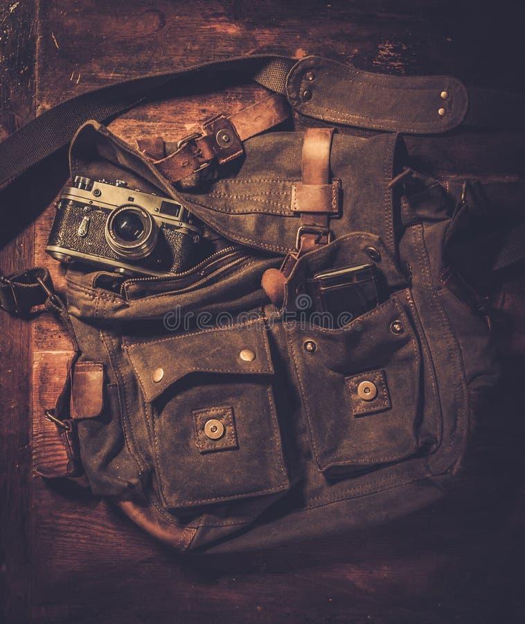 Appareil-photo et sac à main de vintage photographie stock libre de droits
