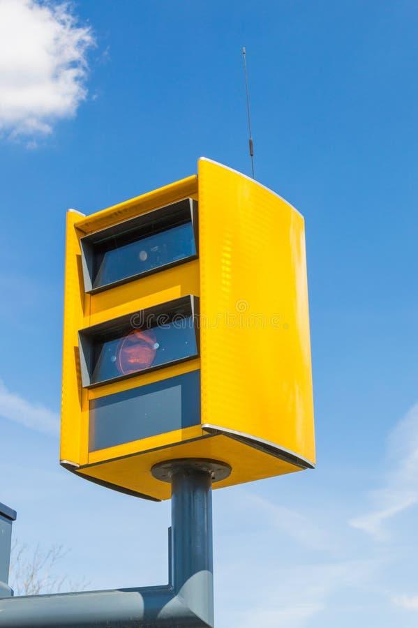 Appareil-photo jaune d'application du trafic près de la route principale numéro 48 en Pologne photo stock