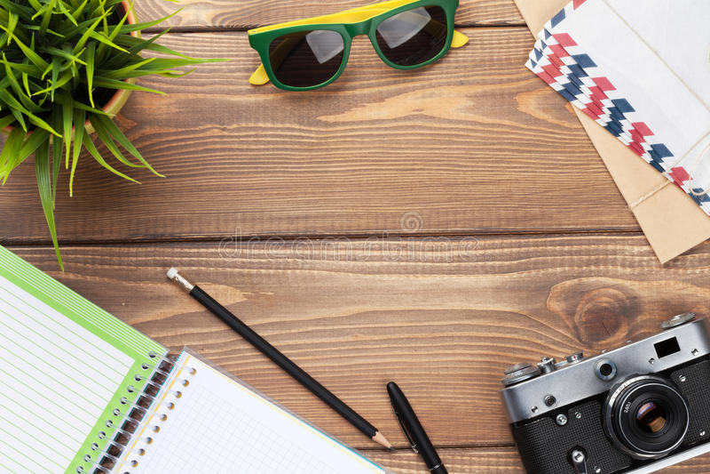 Appareil-photo, lunettes de soleil et approvisionnements sur le bureau images libres de droits