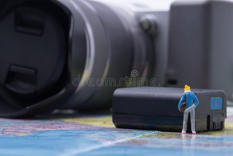 Appareil photo numérique de vérification modèle de mini personnes pour le voyage photos stock