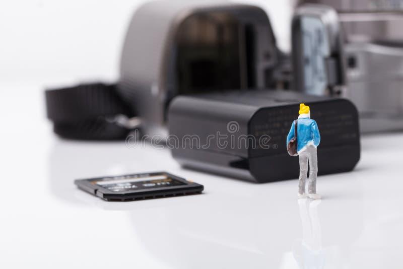 Appareil photo numérique de vérification modèle de mini personnes pour le voyage images libres de droits
