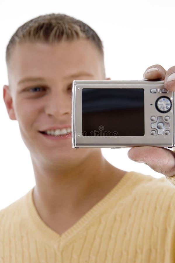 Appareil photo numérique heureux de fixation d'homme photos stock
