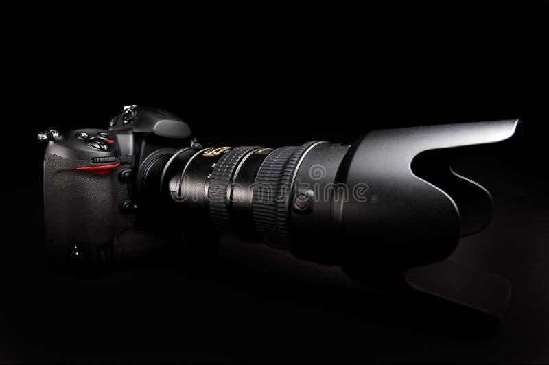 Appareil-photo numérique professionnel de photo sur le fond noir photo stock