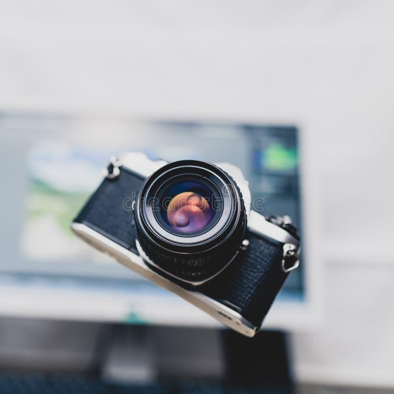 Appareil-photo, photographie analogue au-dessus de fond de nouvelle technologie photographie stock libre de droits
