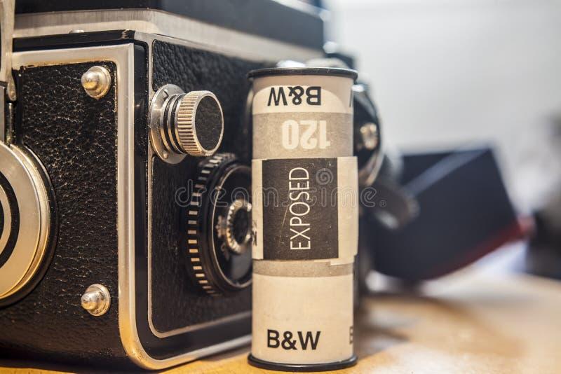 Appareil-photo réflexe de Jumeau-lentille avec le petit pain de film noir et blanc image libre de droits