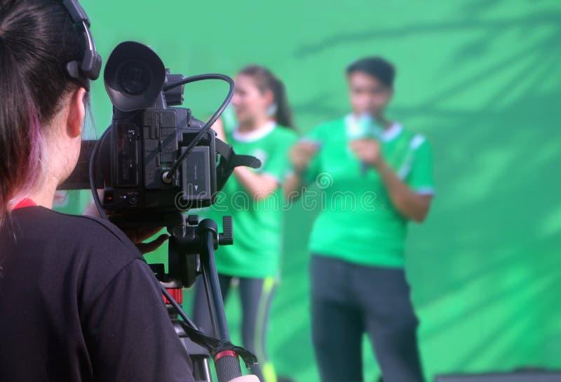 Appareil-photo tirant le présentateur deux sur l'étape image stock