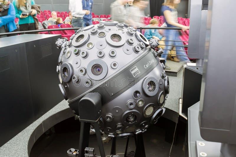 Appareil pour projeter le ciel sur le dôme du planétarium Moscou, Russie image stock