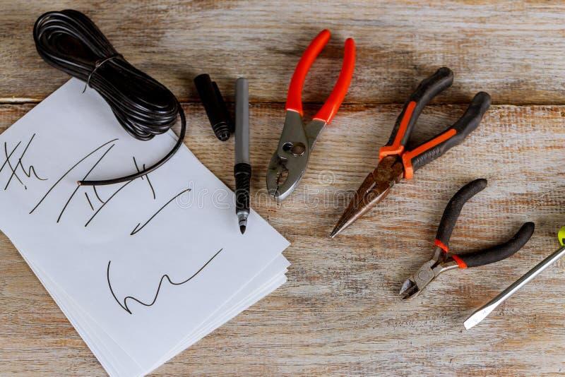 Appareillage électrique Outils et cables électriques électriques pour l'installation et la connexion réseau Fond en bois, images stock