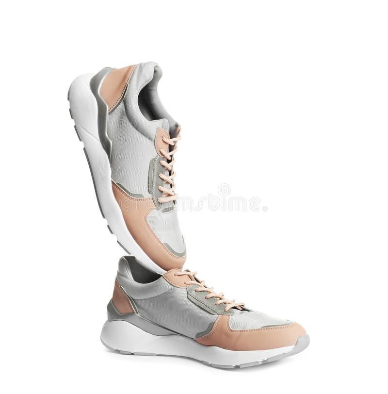 Appareillez des chaussures de sports sur le blanc images stock