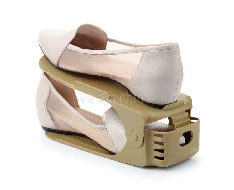 Appareillez des chaussures sur les chaussures en plastique de stockage étirent le support photographie stock libre de droits
