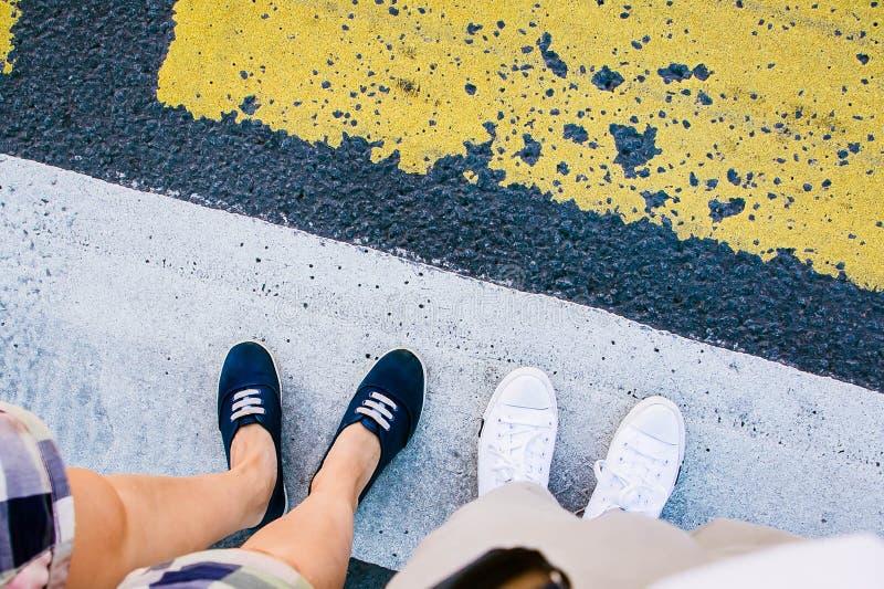 Appareillez des jambes sur le passage piéton de zèbre photos libres de droits