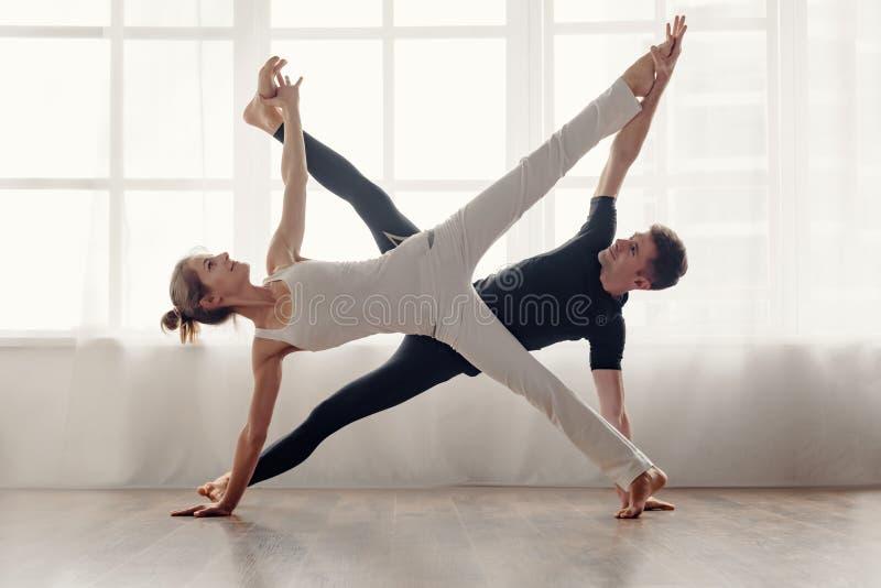 Appareillez le yoga de pratique images libres de droits
