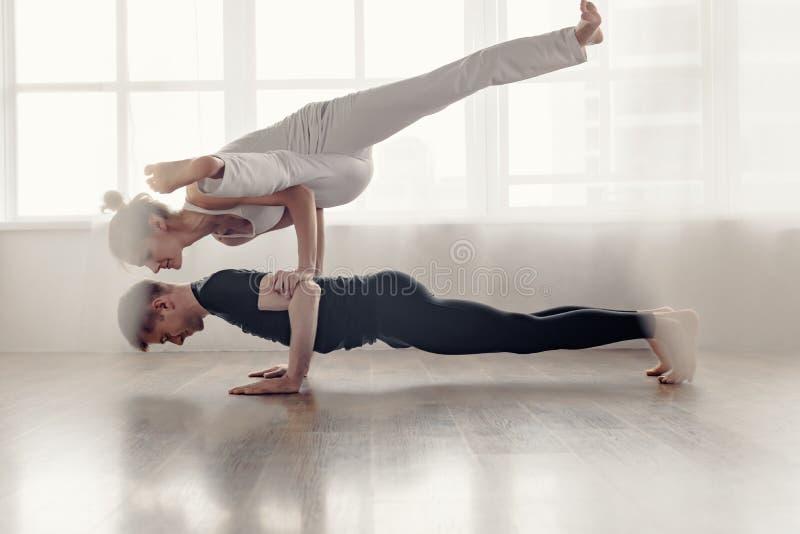 Appareillez le yoga de pratique image libre de droits
