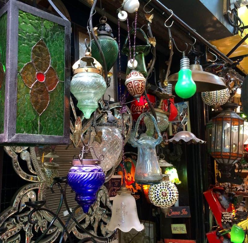 Appareils d'éclairage au marché aux puces photos stock