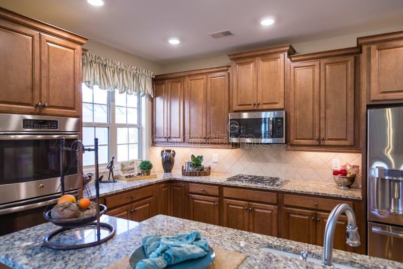 Appareils d'acier inoxydable dans la cuisine décorée photos stock