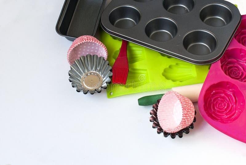 Appareils pour le plan rapproché de cuisson sur le fond blanc photographie stock libre de droits