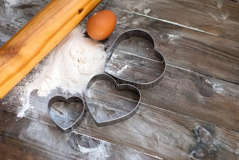 Appareils pour le plan rapproché de cuisson sur le fond en bois image libre de droits