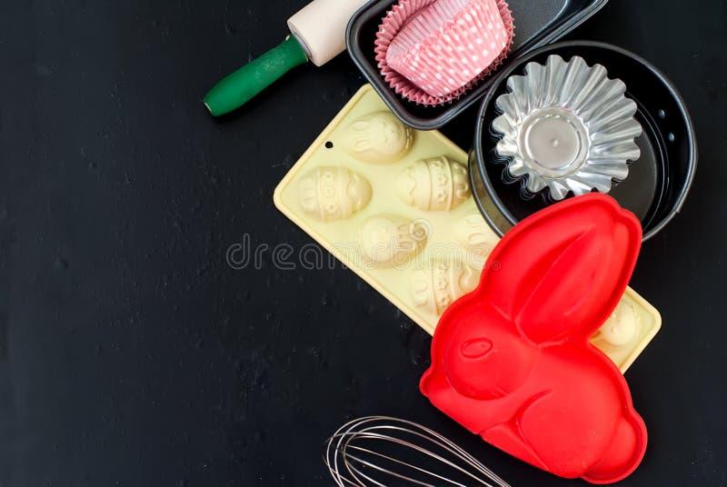 Appareils pour le plan rapproché de cuisson sur le fond en bois, faisant cuire au four pour l'ea photos stock