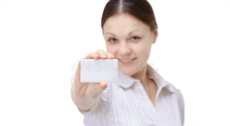 Apparence d'employée montrant la carte de visite professionnelle vierge de visite images libres de droits