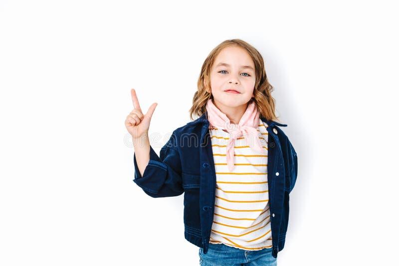 Apparence de fille de brune et pointage avec le doigt tout en souriant avec confiance photos stock