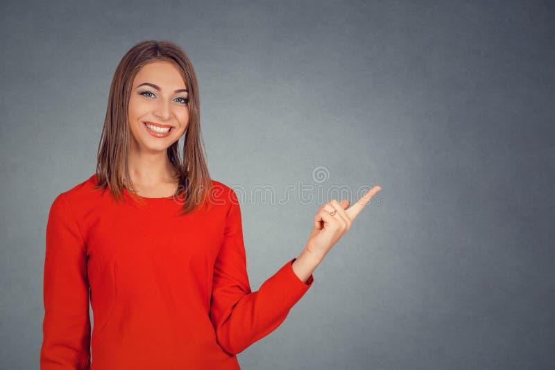 Apparence de jeune femme se dirigeant avec le doigt à l'espace de copie photographie stock